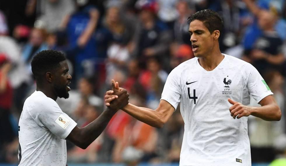 Umtiti e Varane, zagueiros franceses, comemoram gol do camisa 4 contra o Uruguai.