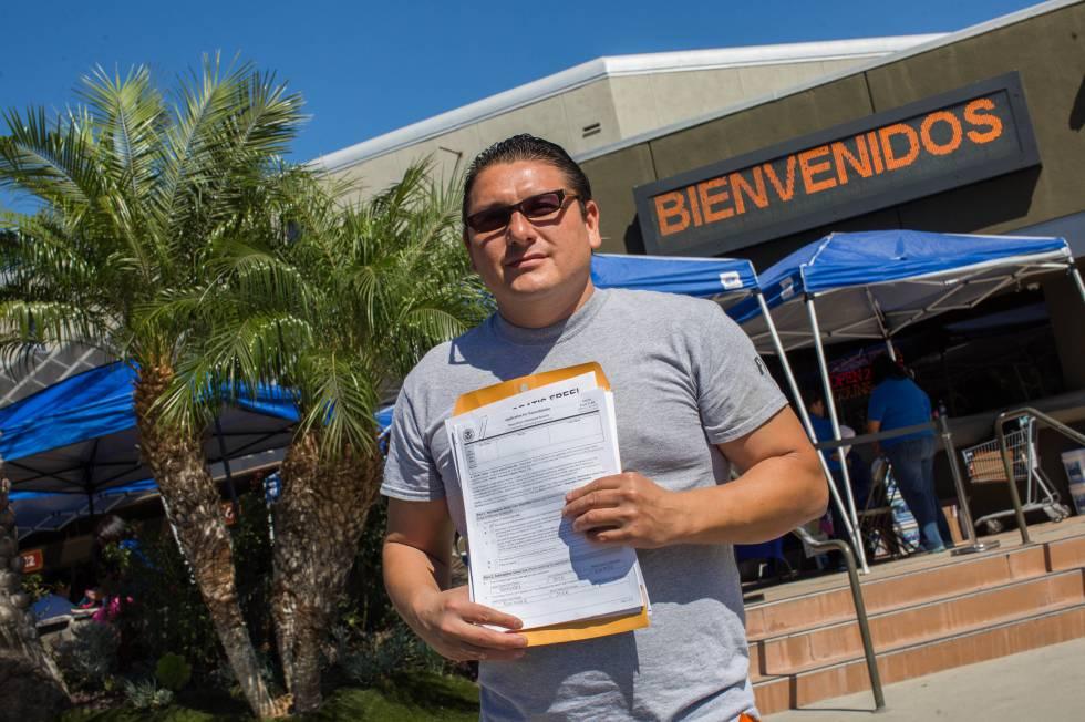 O mexicano José González com seu pedido de cidadania no sábado, em Anaheim.