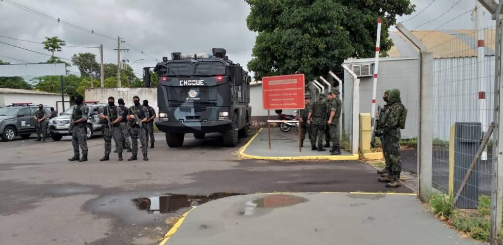 Movimentação de policiais em frente ao aeroporto no interior de SP