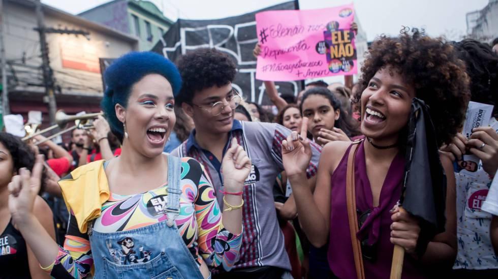 Manifestantes em protesto contra Bolsonaro