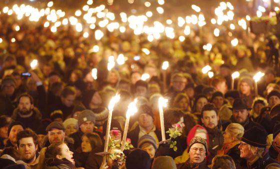 Empunhando velas, milhares de pessoas participam de manifestação na segunda-feira em Copenhague em solidariedade às vítimas dos ataques.
