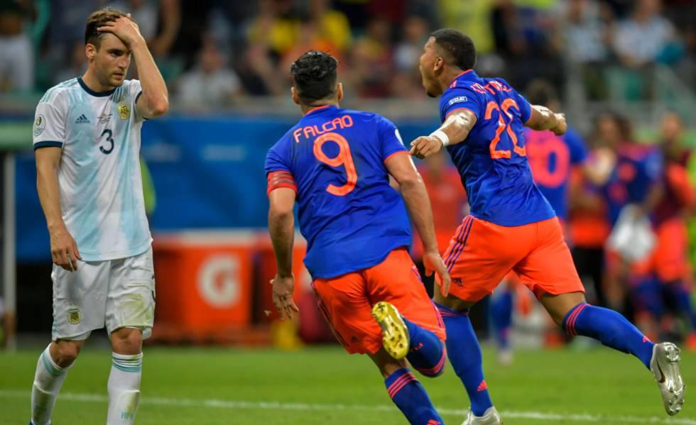 Enquanto Tagliafico lamenta, Falcao e Martinez comemoram o primeiro gol colombiano.