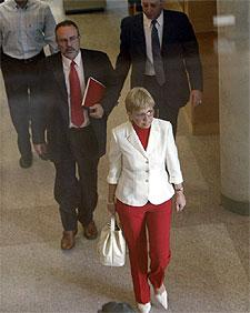 María Teresa Sáez y Eduardo Tamayo abandonan la Asamblea de Madrid.