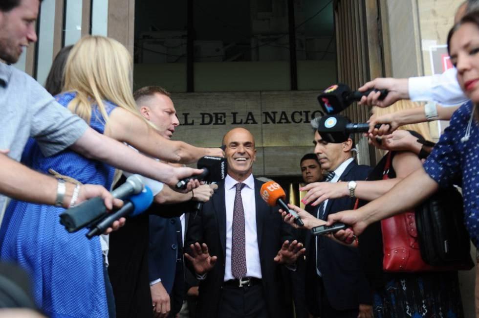 O chefe dos serviços de Inteligência da Argentina, Gustavo Arribas, sai dos tribunais em Buenos Aires depois de declarar em janeiro de 2017.