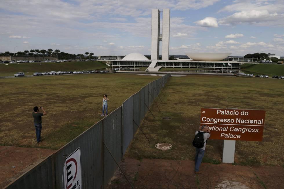 Muro colocado diante do Congresso, em Brasília, para separar os manifestantes contra e a favor do Governo.