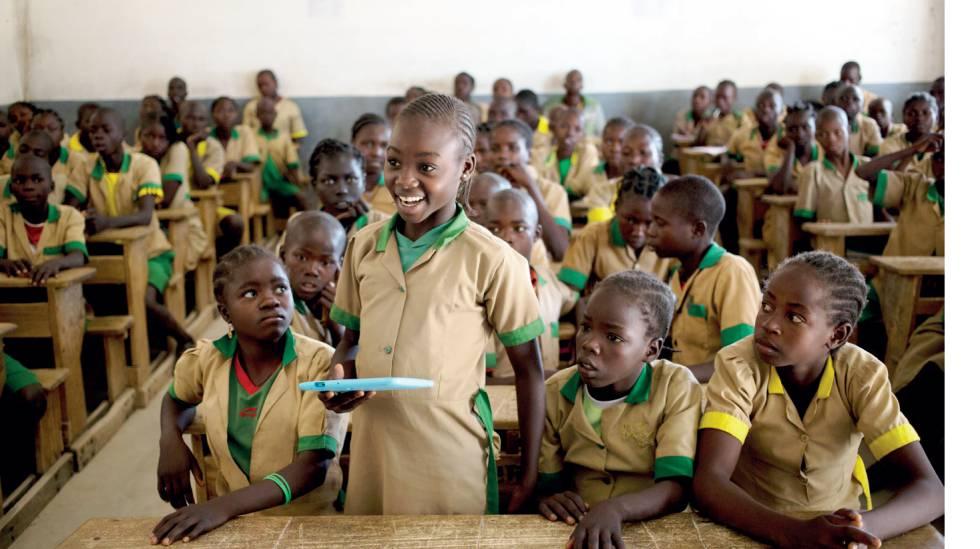 A menina Waibai Buka, de Camarões, acessou a internet pela primeira vez em 2017