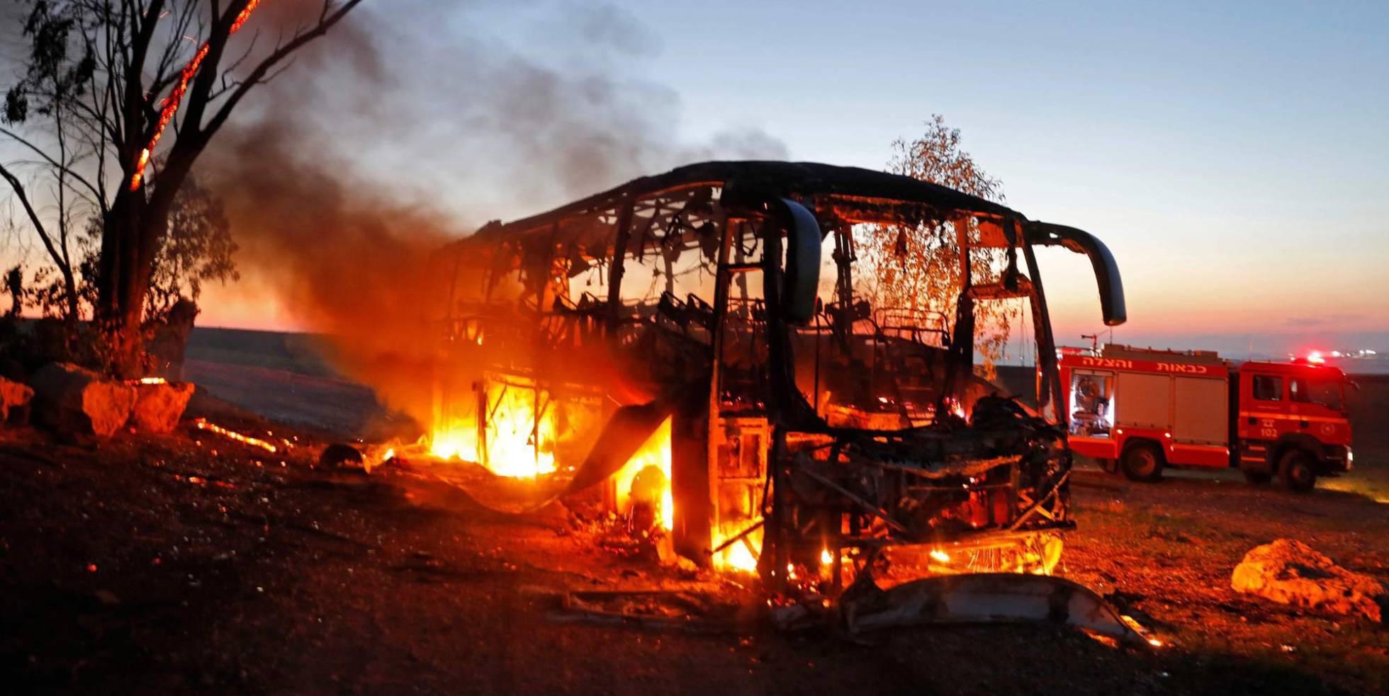 Un autobús arde tras ser alcanzado por fuego palestino.