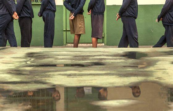 Jovens detentos em um centro de reincidentes.