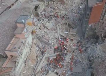 Imagens aéreas captadas por um drone mostram o cenário de destruição deixado pelo tremor de terra na região central do país