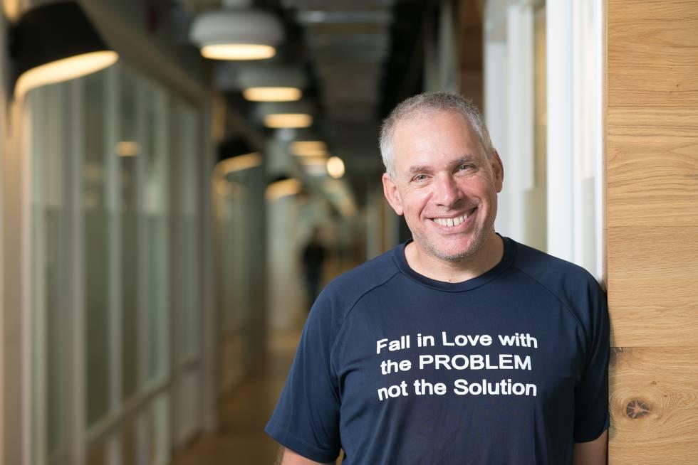 """O empresário israelense Uri Levine, com uma de suas habituais camisetas com a mensagem: """"Apaixone-se pelo problema, não pela solução""""."""