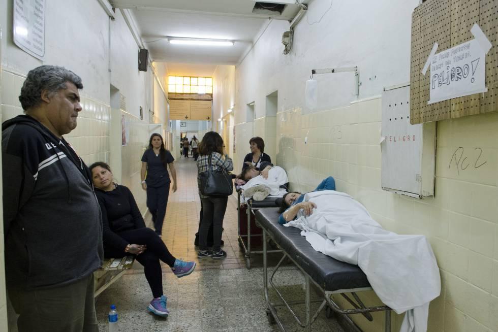 Pacientes atendidos nos corredores do hospital Lucio Meléndez de Adrogué.