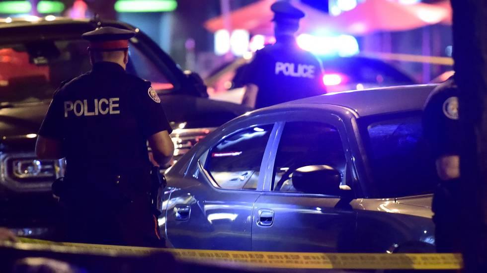 Policiais no local do tiroteio