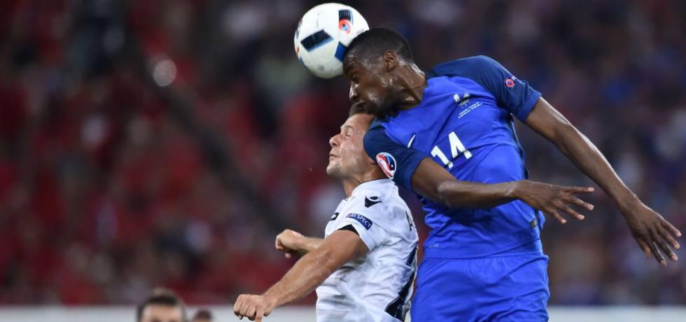 O francês Matuidi (dir.) disputa bola com Abrashi.