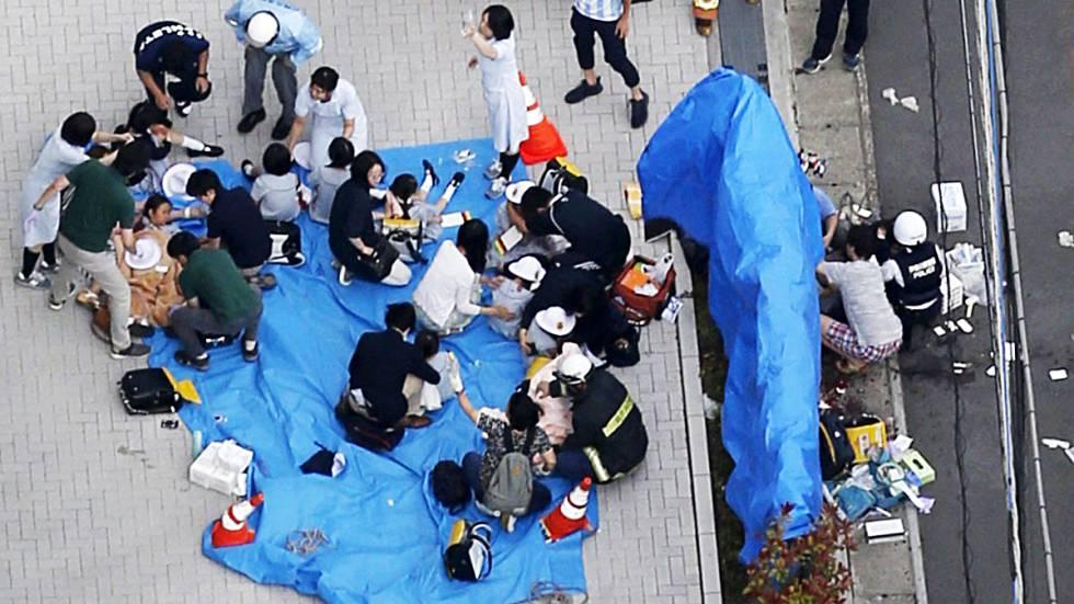 Equipes de socorro atendem os feridos depois do esfaqueamento em massa no Japão.