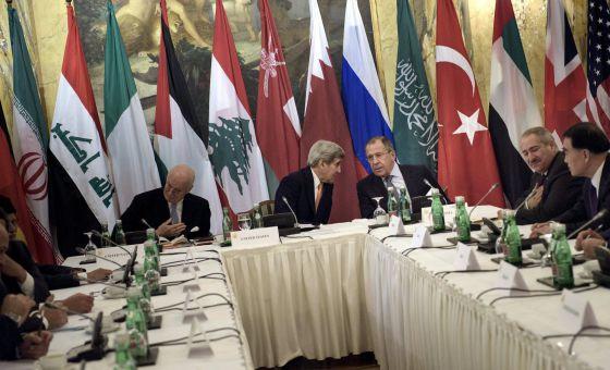 O secretário de Estado norte-americano, John Kerry, e o chanceler russo, Sergei Lavrov, conversam antes de reunião entre 17 nações em Viena pra discutir a guerra que já dura quatro anos na Síria.