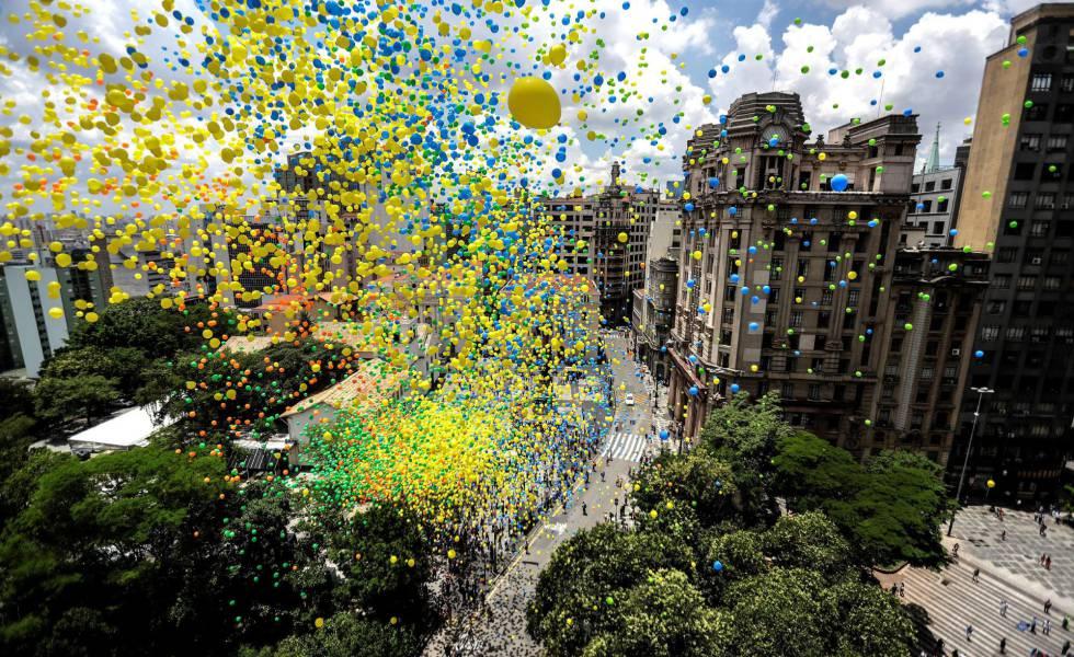 Balões lançados pela Associação Comercial de São Paulo nesta sexta-feira tomam o céu do centro da cidade.