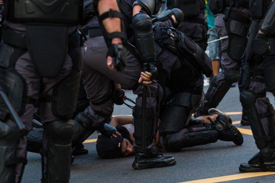 Polícia prende manifestante.
