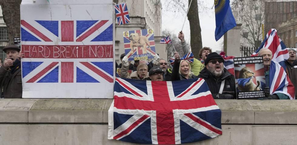Manifestantes favoráveis ao 'Brexit' protestam junto ao Parlamento.
