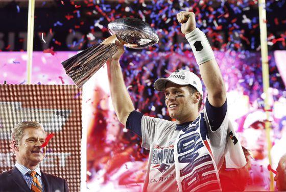 Brady, quarterback dos Patriots, ergue o troféu Vince Lombardi.