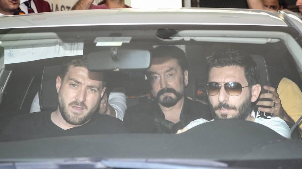 O telepregador Adnan Oktar é levado a uma delegacia depois de sua prisão nesta quarta-feira em Istambul, (Turquia).