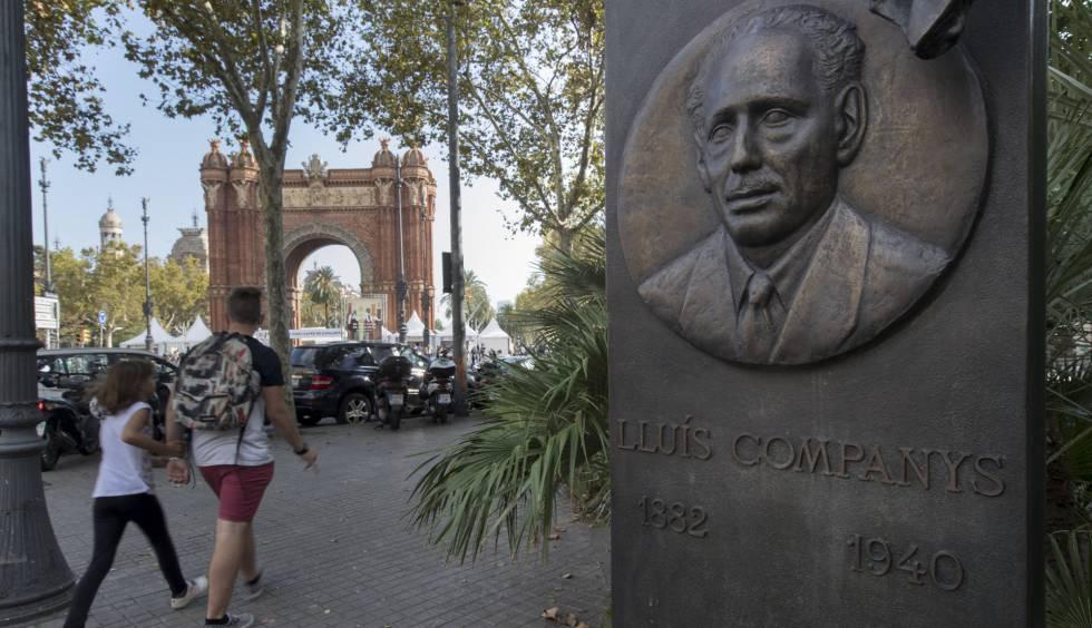 Pedestres passam perto do monumento a Lluís Companys no dia depois da proclamação da República.
