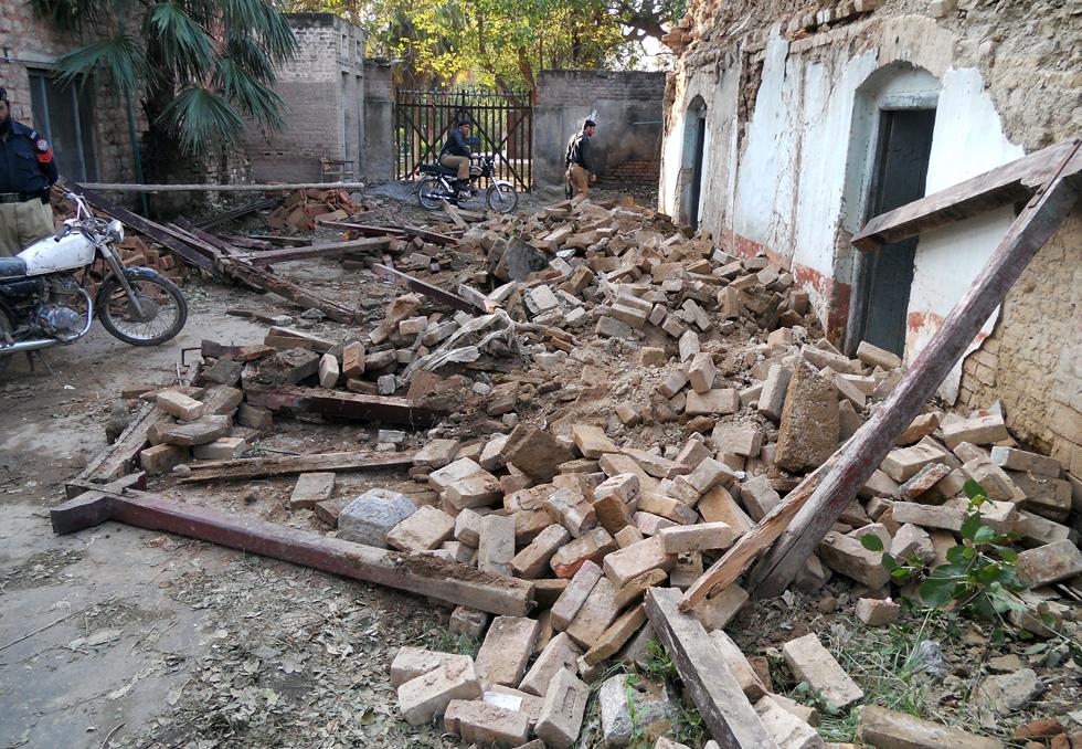 Escombros de uma casa em uma rua de Kohat (Paquistão) depois do terremoto.