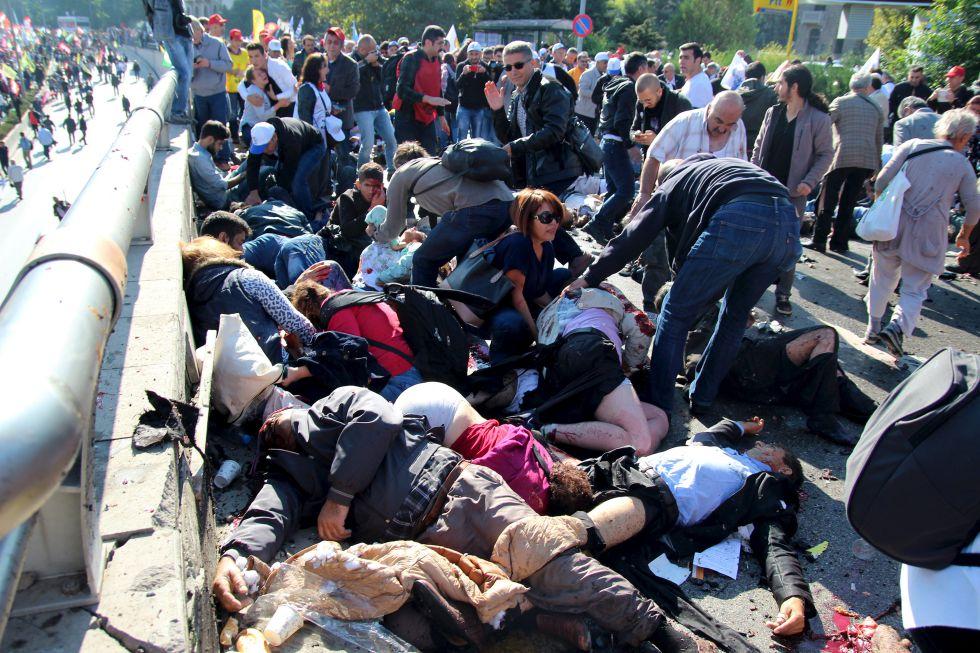 Pelo menos 86 pessoas morreram e centenas ficaram feridas em duas explosões numa praça na área externa da estação ferroviária de Ancara, local em que se reuniam centenas de manifestantes que participavam de marcha pela paz, pelo trabalho e pela democracia.