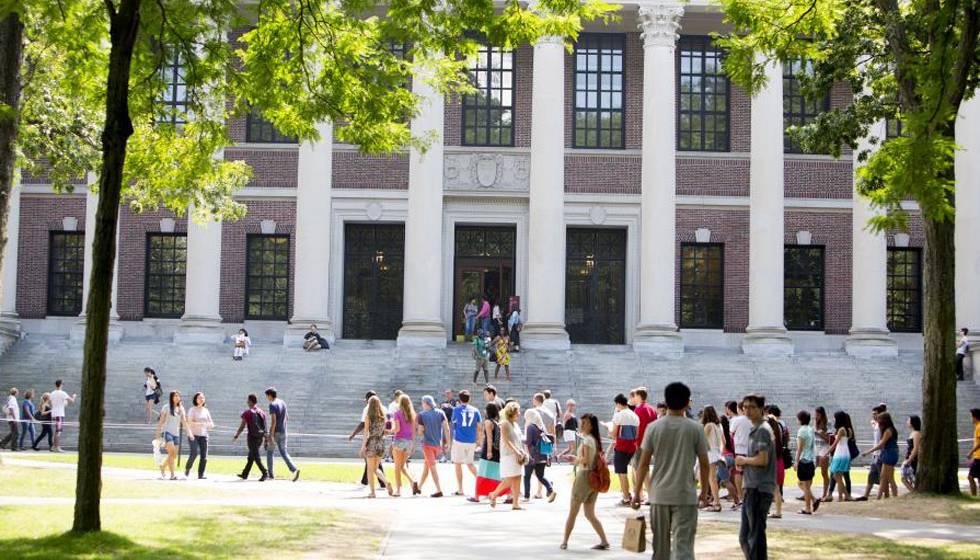 Imagem da biblioteca principal da Universidade de Harvard.