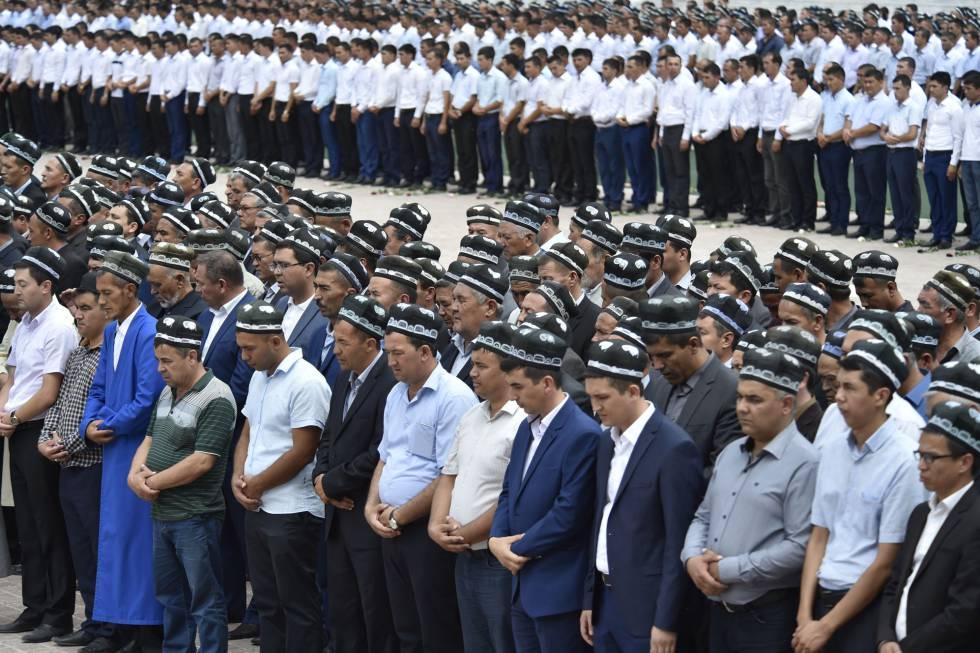 Cidadãos uzbeques no funeral de Karimov.