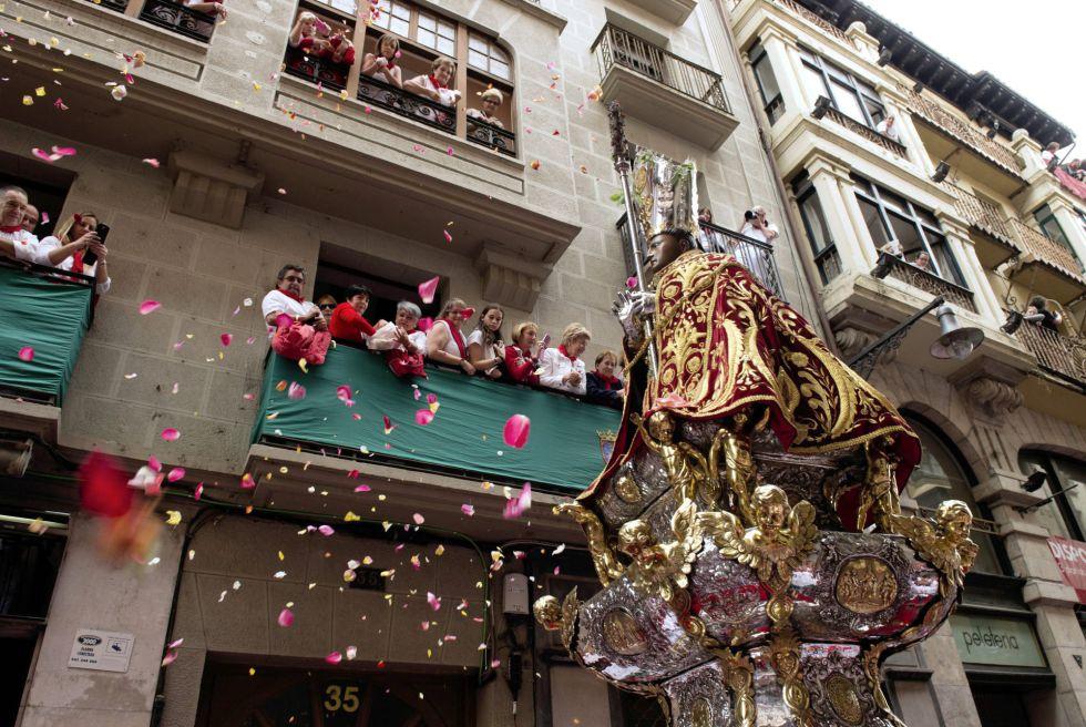 A imagem de San Fermín recebeu seu tradicional banho de pétalas no primeiro dia de suas festividades, em uma procissão muito concorrida e na qual se viu grande emoção nos participantes.