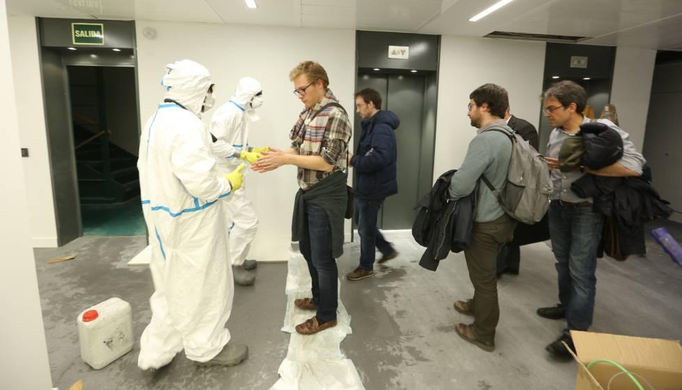 Funcionários do EL PAÍS, durante o processo de desinfecção.