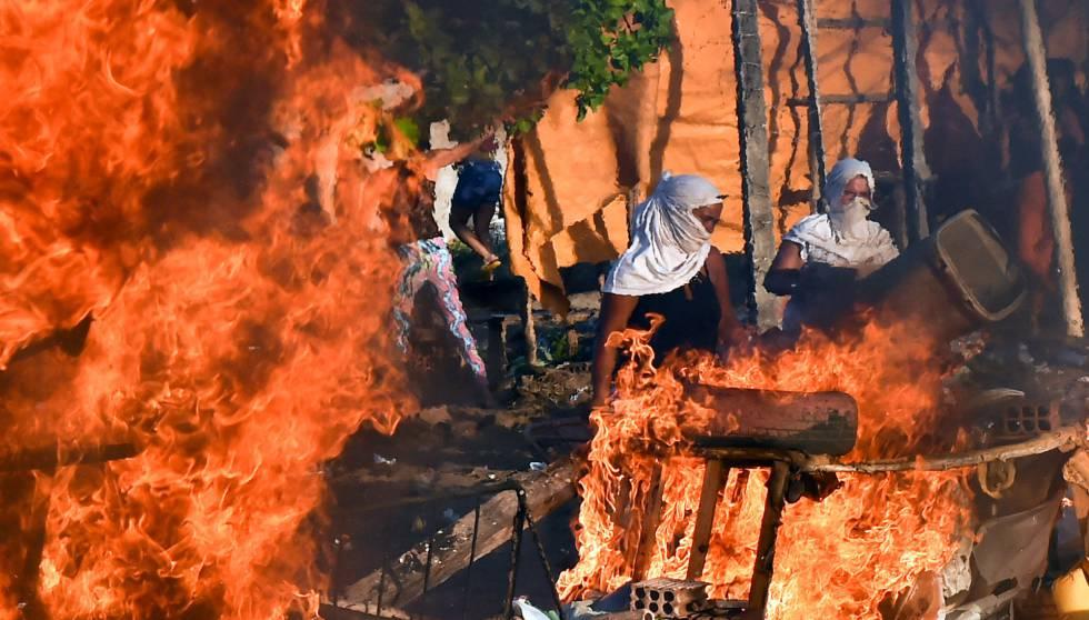 Parentes de presos queimam barricada no Rio Grande do Norte.
