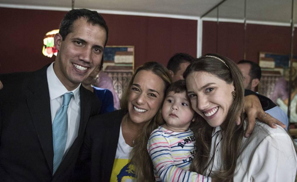 Juan Guaidó acompanhado de sua esposa, Fabiana Rosales, com sua filha e Lilian Tintori.