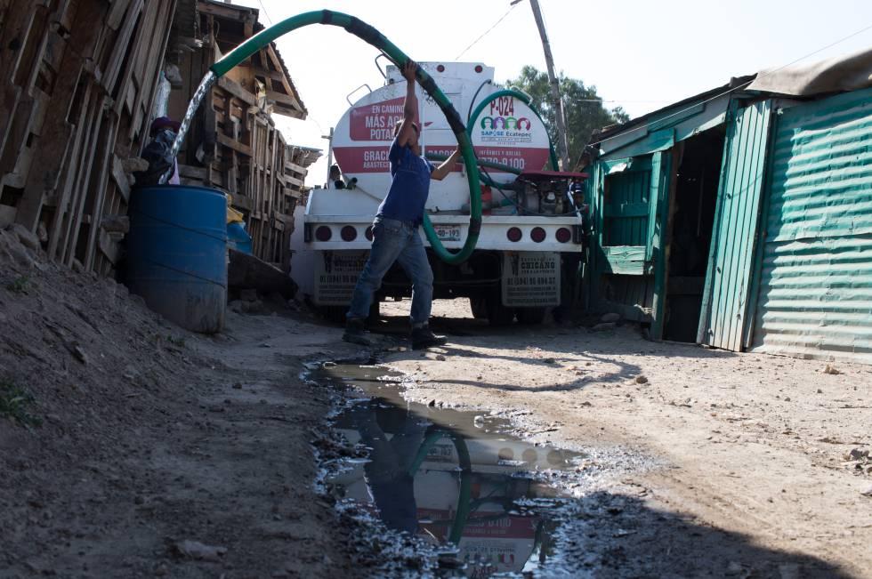 Um caminhão-pipa abastece famílias de La Cuesta.