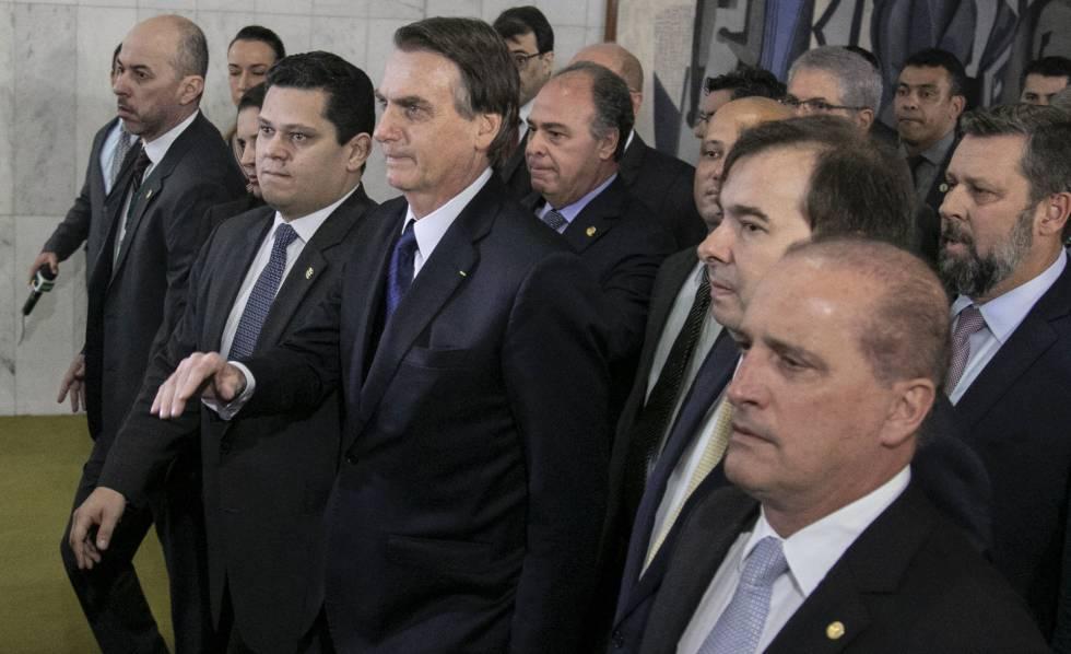 Bolsonaro, ao centro, chega à Câmara para entregar a reforma da Previdência.