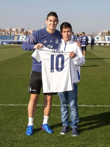 Johan Alexis Ramírez Castro com seu ídolo, James.