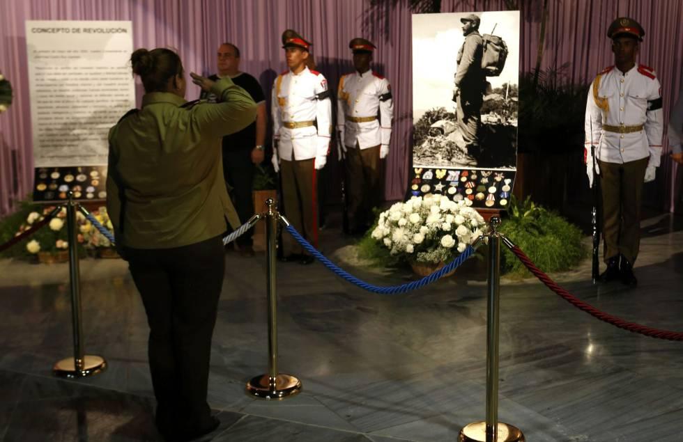 Uma mulher presta homenagem a Fidel Castro em Havana.