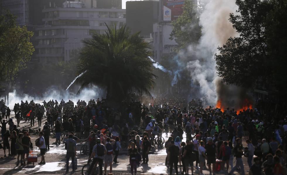 Chilenos protestam no dia 28 de novembro, em Santiago. / Reuters