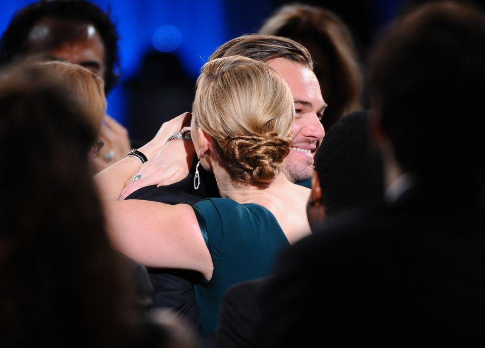Kate Winslet abraça Leonardo DiCaprio durante os prêmios SAG.