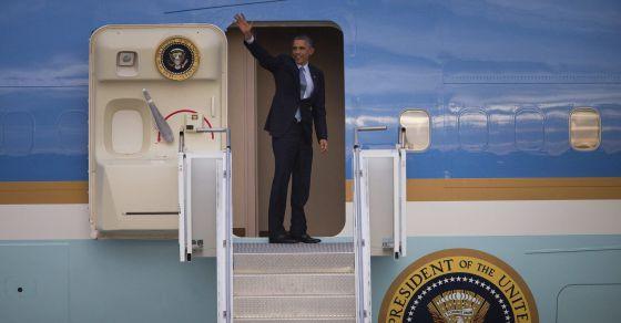 Obama acena do avião presidencial antes de deixar a Austrália.