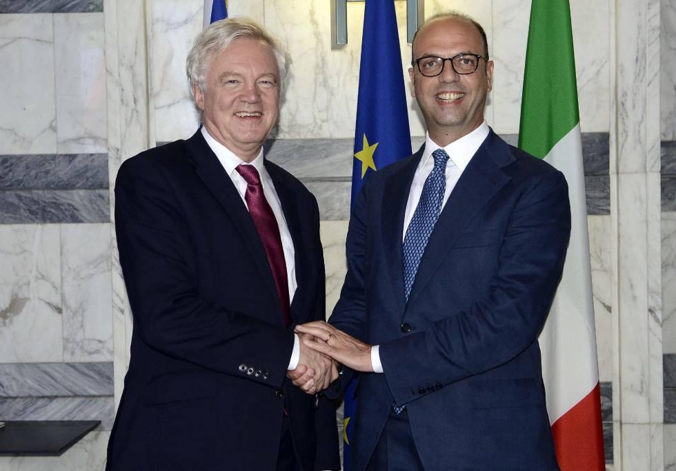 O ministro das Relações Exteriores da Itália, Angelino Alfano, cumprimenta o secretário de Estado britânico para a saída da UE (Brexit), David Davis.