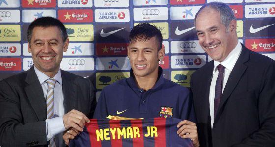 Neymar, com Zubizarreta e Bartomeu em sua apresentação.