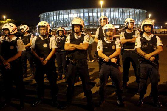 Policiais guardam o estádio Mané Garrincha, em Brasília.