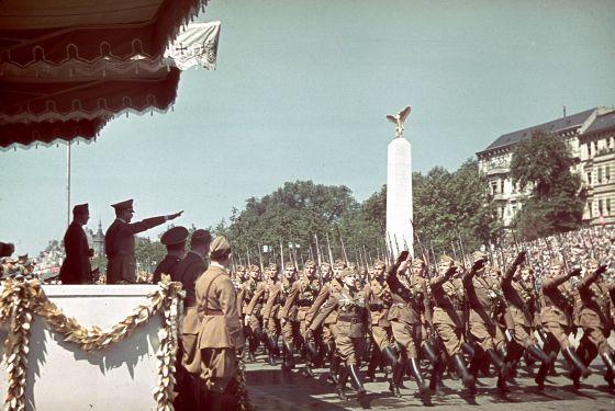 Membros da Legião Condor desfilam diante de Hitler após missão realizada na Espanha.
