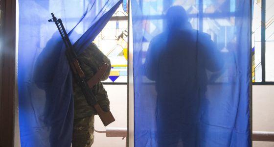 Rebeldes pró-russos votam em uma seção eleitoral em Donetsk.