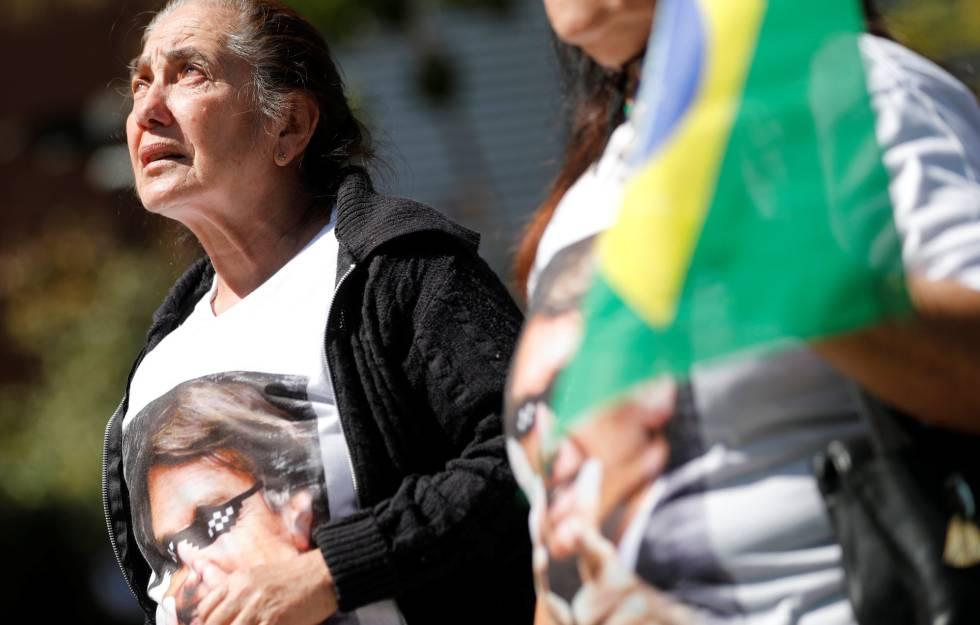 Partidários de Bolsonaro, na porta do hospital onde foi internado.