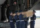 O país recebe o avião que transporta os primeiros cadáveres da aeronave da Malaysia Airlines que caiu na Ucrânia