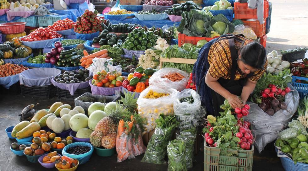 Uma vendedora de hortaliças na Guatemala.