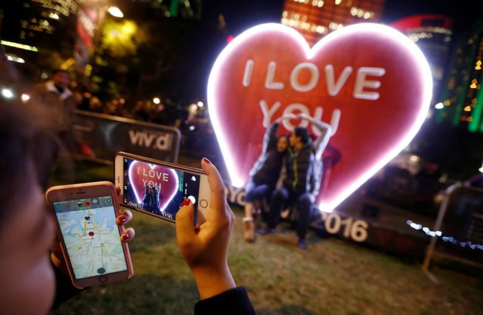 Dois apaixonados tiram uma foto.