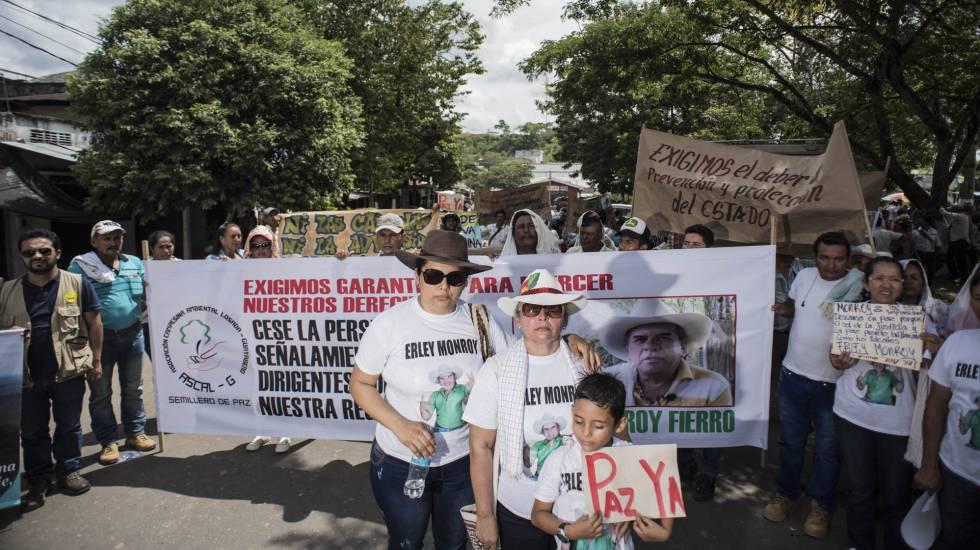 Marina Arias, com a filha e neto em San Vicente del Caguán, durante homenagem a seu marido, Erley Monroy, assassinado em novembro